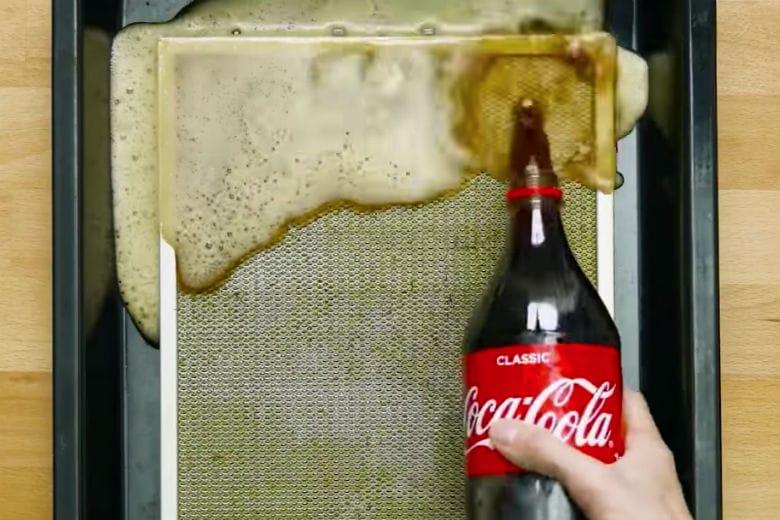 Aspiratör filtresini cola ile temizleyebilirsiniz